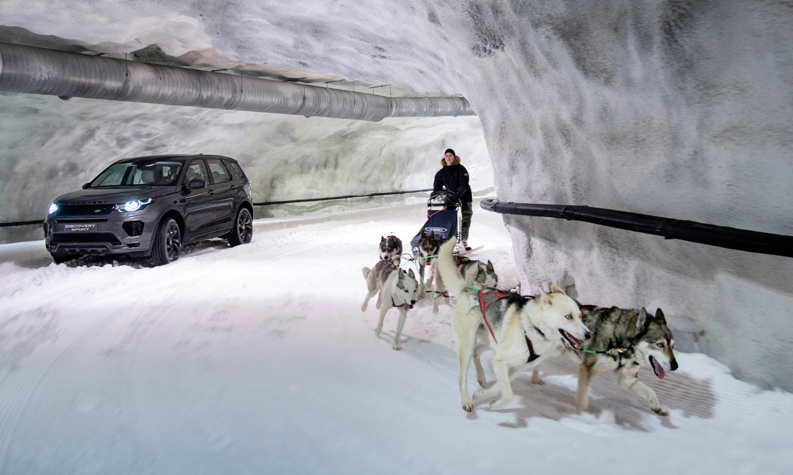 •Discovery Sport takes on dog sled team in unique race at Vesileppis Ski Tunnel in Finland
